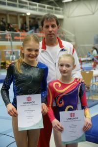 Die erfolgreichen Turnerinnen mit ihrem Trainer (Foto: H.J. Dörrer)